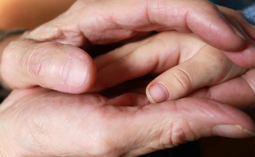 皺のある手(フリー写真)