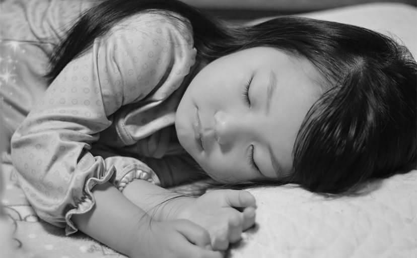 女の子の寝顔(フリー写真)