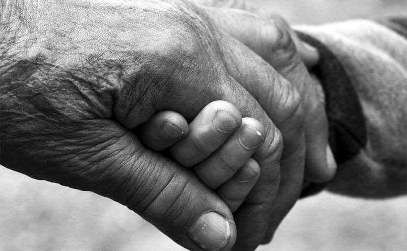 おばあちゃんの手(フリー写真)