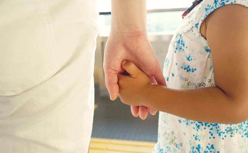手を繋ぐ母と娘(フリー写真)