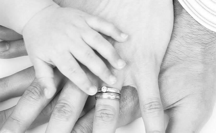 家族の手(フリー写真)