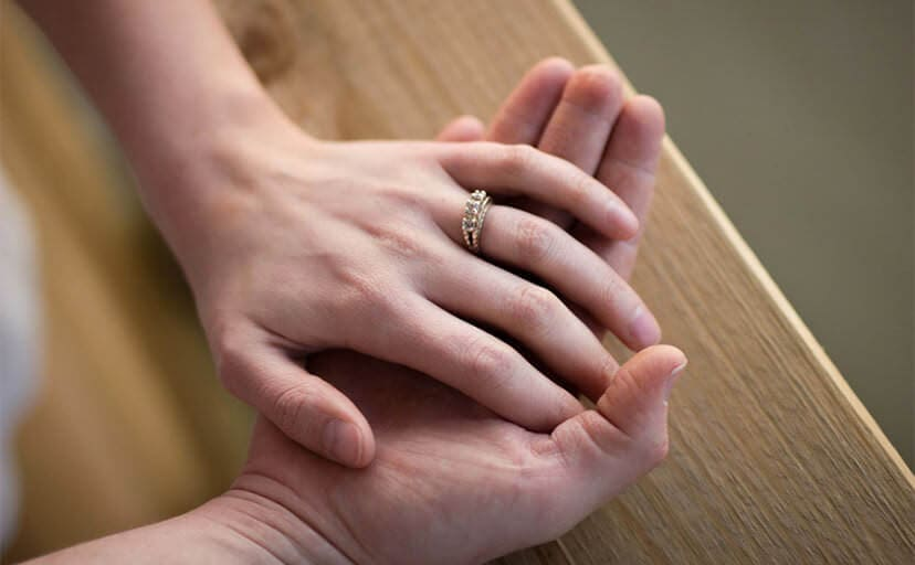 夫婦の重ねる手(フリー写真)