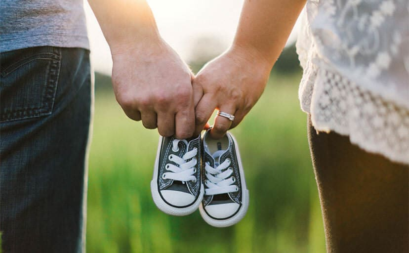 靴を持つ夫婦(フリー写真)
