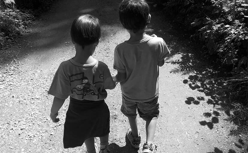 手を繋ぎ歩く子供(フリー写真)