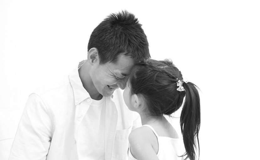 おでこを当てる父と娘(フリー写真)