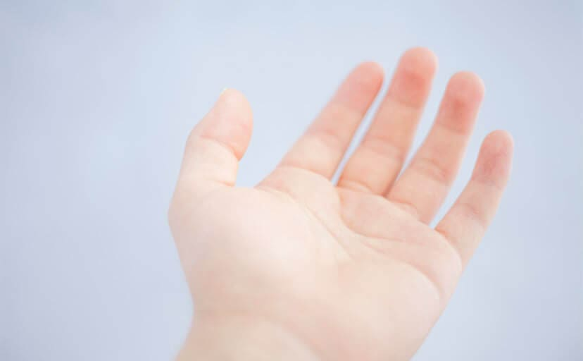 差し伸べる手(フリー写真)