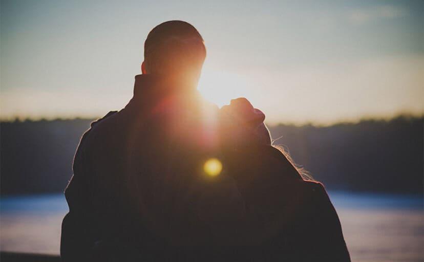 夕日と夫婦(フリー写真)