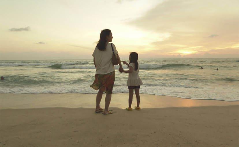 浜辺の母娘(フリー写真)
