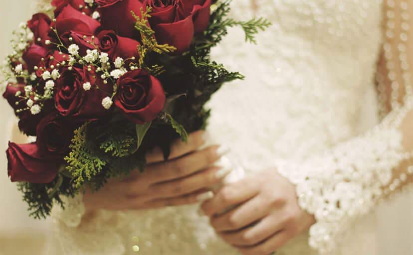 ブーケを持つ花嫁(フリー写真)