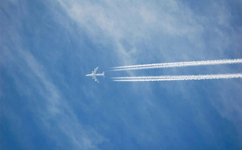 飛行機雲(フリー写真)