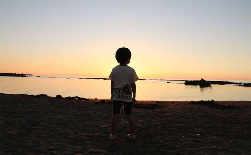海を眺める男の子(フリー写真)