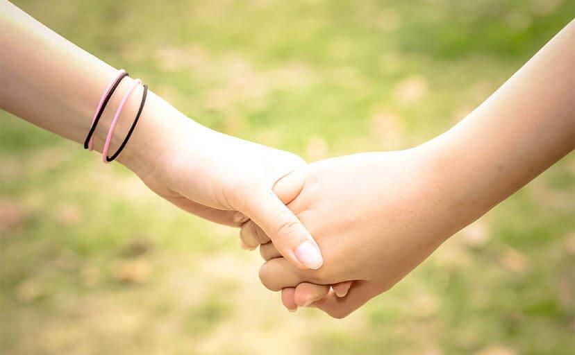 手を繋ぐ恋人(フリー写真)