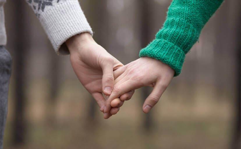 手を繋ぐ友人同士(フリー写真)
