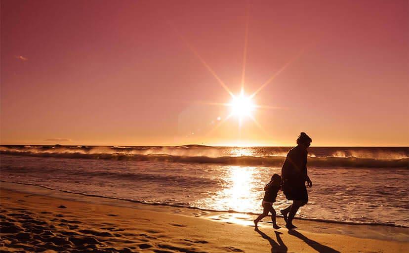 浜辺を走る親子(フリー写真)
