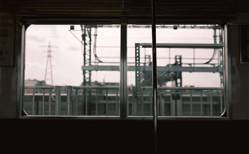 電車内から見る駅のホーム(フリー写真)