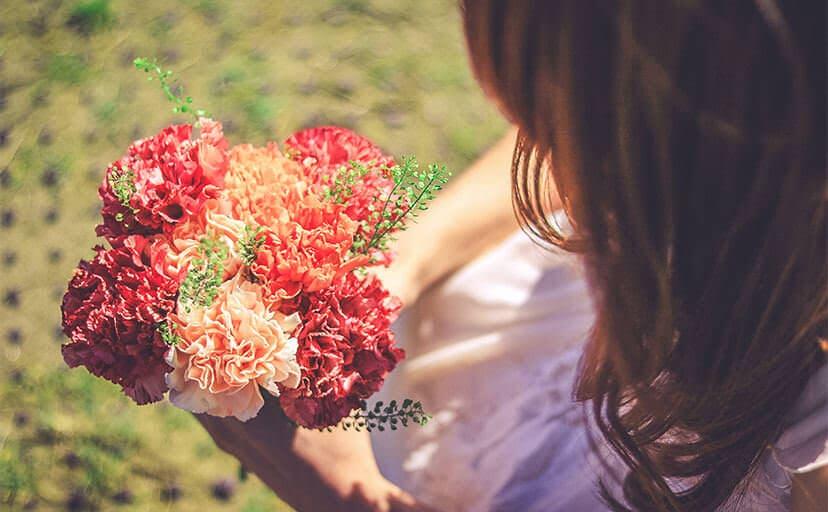 母に渡す花(フリー写真)