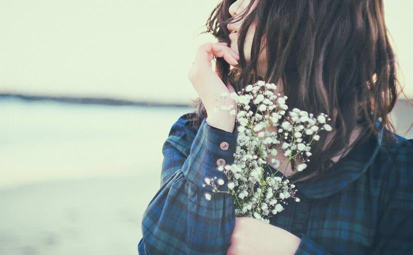 花を持つ女性(フリー写真)