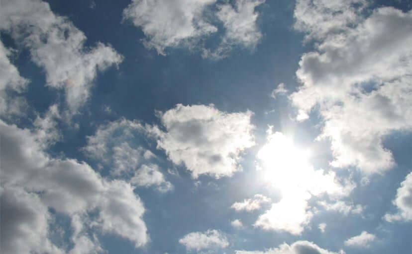空と太陽の光(フリー写真)