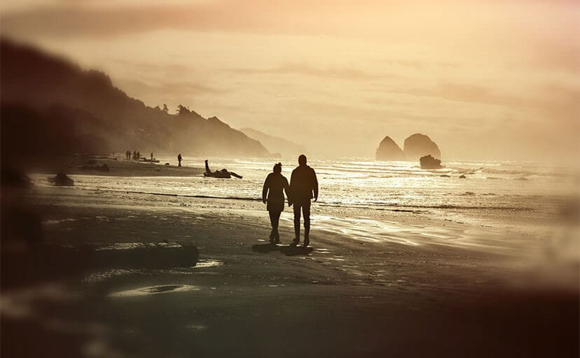 砂浜を歩くカップル(フリー写真)
