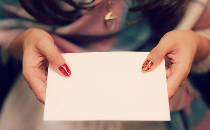 手紙を差し出す女の子(フリー写真)