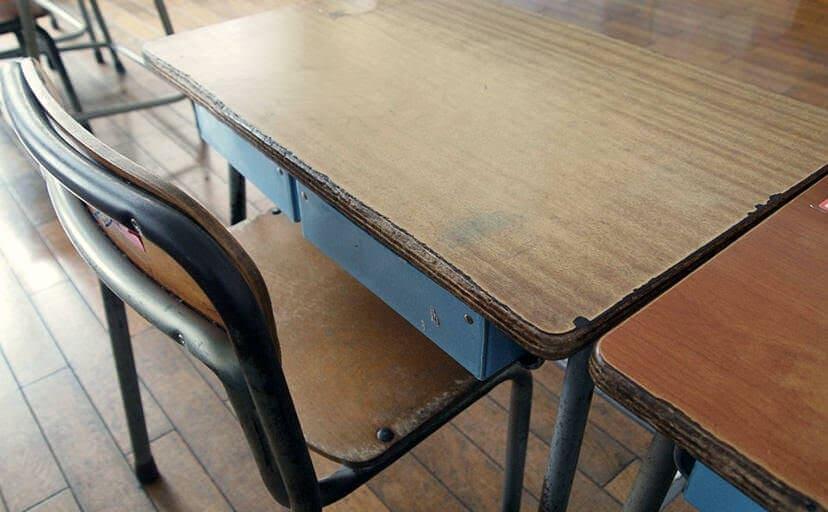 学校の机(フリー写真)