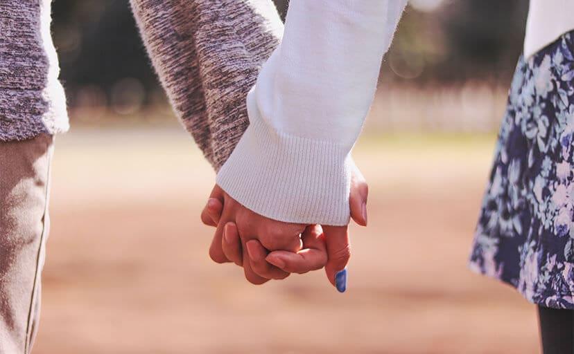 手を繋ぐカップル(フリー写真)