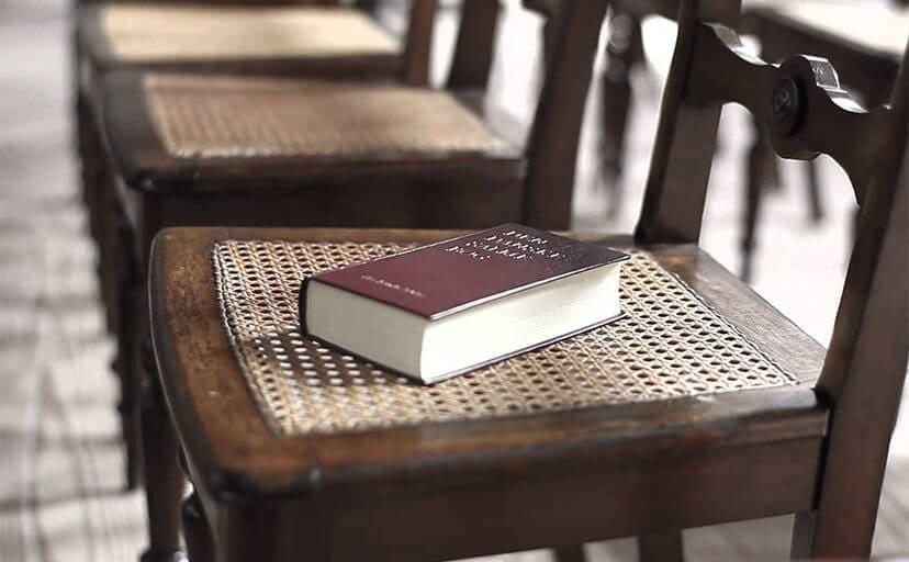 椅子と聖書(フリー写真)