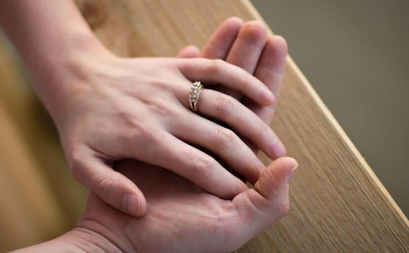 夫婦の手(フリー写真)