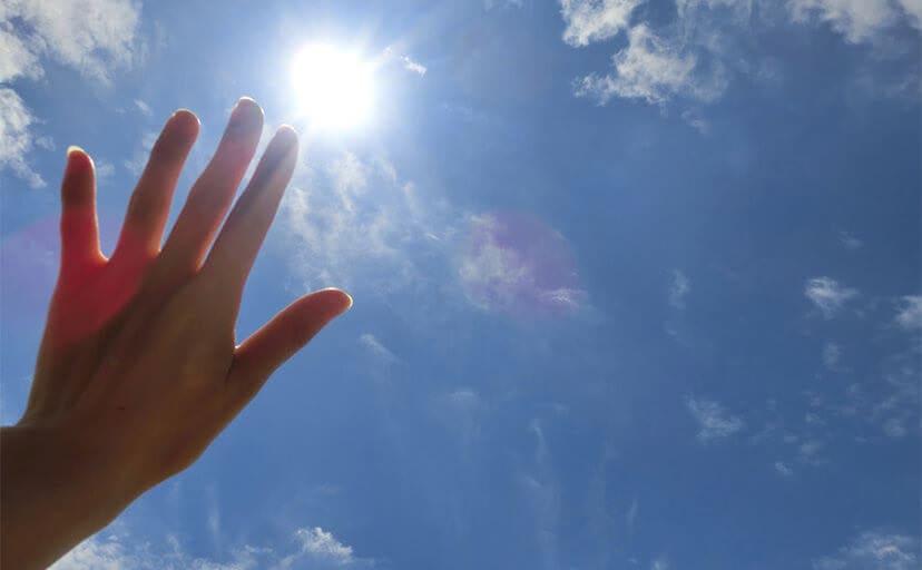 太陽と手のひら(フリー写真)