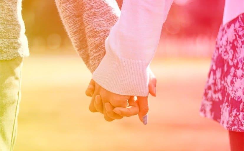 手を握るカップル(フリー写真)