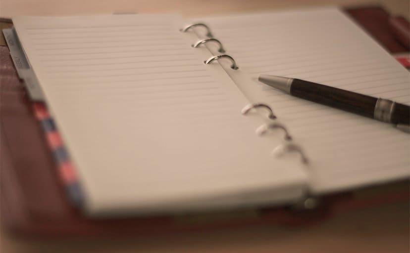 ノートとペン(フリー写真)