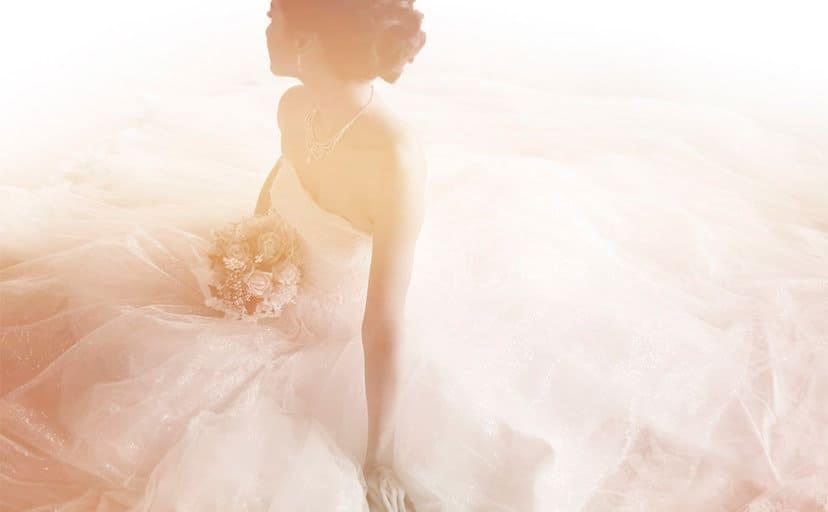 ウェディングドレス姿の女性(フリー写真)