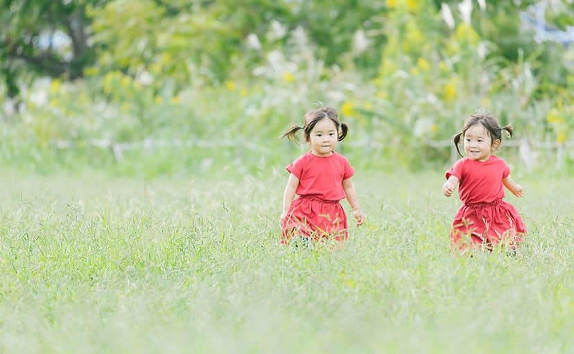双子の姉妹(フリー写真)