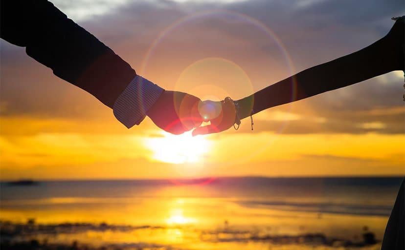 手を繋ぐ夫婦(フリー写真)