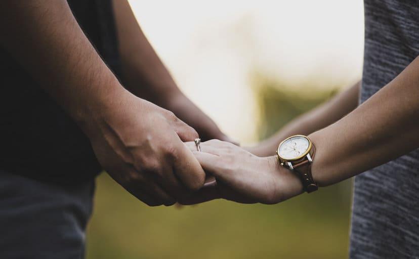 手を握る夫婦(フリー写真)